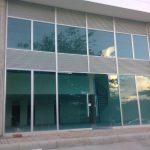 fachada en vidrio azul y aluminio